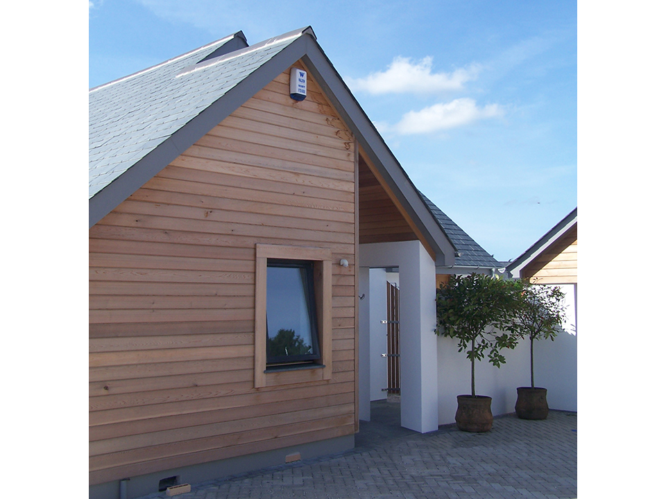 An image of the side of a new build dwelling in Newquay, designed by architects at Construction Interior Design.